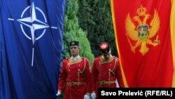 Zastave NATO i Crne Gore na Cetinju
