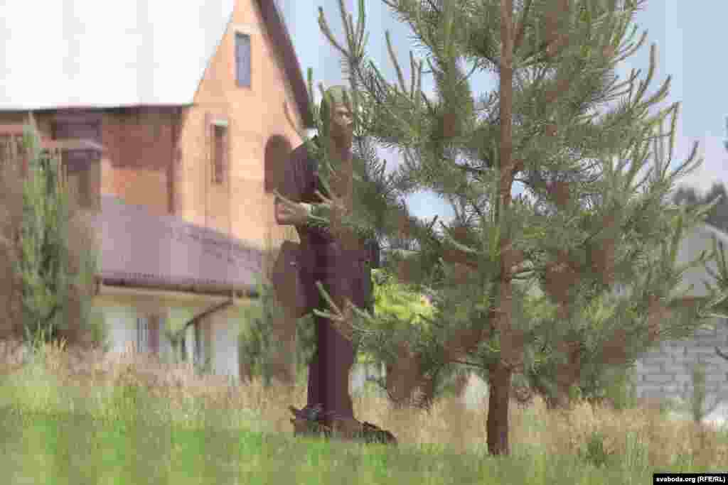 Вакол дома Бабарыкаў заўважаныя ўзброеныя супрацоўнікі міліцыі ў балаклавах.