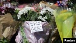 شهروندان لندن در نزدیکی محل واقعه گل گذاشتهاند. روی یکی از گلها این پیام نوشته شدهاست «بین ما نباید تفرقه بیافتد»