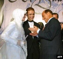 Сильвио Берлускони связывали дружеские отношения с другим авторитарным премьером - Реджепом Эрдоганом. На фото Берлускони поздравляет сына Эрдогана на его свадьбе (2003)