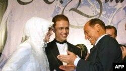 Сын премьер-министра Эрдогана Билал и его невеста болтают с премьер-министром Италии Берлускони после свадьбы, 2003 год