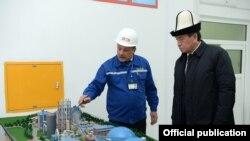 Президент Сооронбай Жээнбеков на открытии цементного завода в Араване. 2 ноября, 2018 г.