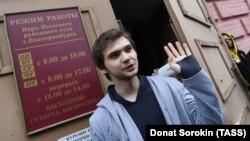 Руслан Соколовский покидает здание суда