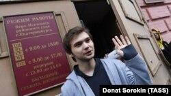 Руслан Соколовский после вынесения приговора у здания суда в Екатеринбурге