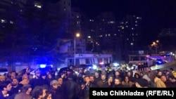 Более 200 активистов, студентов, представителей Сети солидарности и правозащитных НПО решили испортить ночь градоначальнику после очередной трагедии