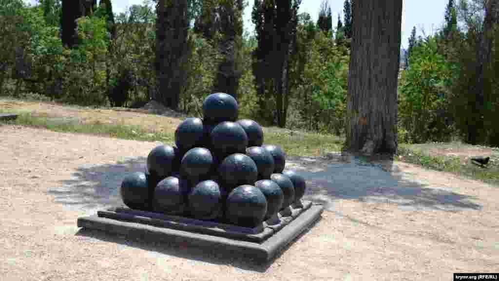 Пірамідка чавунних ядер. Кожне важить 24 фунта – це приблизно 12 кілограмів