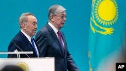 Қазақстанның бірінші президенті Нұрсұлтан Назарбаев (сол жақта) және қазіргі президент Қасым-Жомарт Тоқаев.