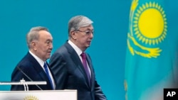 Первый президент Казахстана и председатель партии «Нур Отан» Нурсултан Назарбаев с Касым-Жомартом Токаевым на партийном съезде, выдвинувшем Токаева кандидатом в президенты. Нур-Султан, 23 апреля 2019 года.
