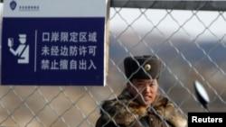 Северокорейский пограничник недалеко от приграничного китайского города Даньдун. Иллюстративное фото.