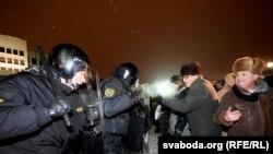 Вечером 19 декабря противники президента Лукашенко вышли на улицу, протестуя против сфальсифицированных, по их мнению, результатов голосования