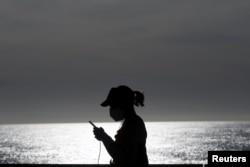 O femeie pe plaja Barceloneta