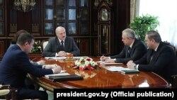 Аляксандар Лукашэнка на нарадзе з кіраўніком Адміністрацыі прэзыдэнта, старшынём Савету Рэспублікі , дзяржаўным сакратаром Савету бясьпекі і Міністрам аховы здароўя