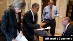 ABŞ prezidenti Barak Obama köməkçiləri ilə birlikdə növbəti nitqinə hazırlaşır, sağda Jon Favreau, iyun, 2010