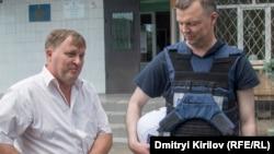 Глава Павлополя Сергей Шапкин и Александр Хуг (с каской), замглавы Специальной мониторинговой миссии ОБСЕ на Украине