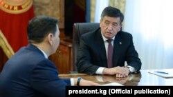 Президент Сооронбай Жээнбеков и председатель ГКНБ Абдиль Сегизбаев. 27 марта 2018 года.