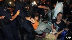 Njësitë speciale të policisë bullgare largojnë protestuesit gjatë një prej demonstratave të muajit korrik, 23 korrik 2013