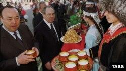 Мортаза Рәхимов һәм Миңтимер Шәймиев башкорт корылтае көннәрендә. Уфа, 14 июнь 2002