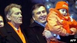 Украин оппозициясынын лидери Виктор Ющенко (солдо) жана Грузия президенти Михаил Саакашвили Жаңы жылда Киев шаарынын жашоочуларын куттукташууда. 1-январь,2005
