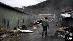 Ilustrim - Pjesëtar i komunitetit RAE në një kamp të shkatërruar në Kosovë