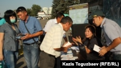 Работа мобильного вербовочного пункта. Алматы, 28 августа 2013 года.