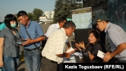 Алматы автовокзалындағы әскерге сарбаз жалдау орны. 28 тамыз 2013 жыл. (Көрнекі сурет)