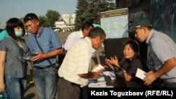 Алматы автовокзалындағы әскерге сарбаз жалдау орны. 28 тамыз 2013 жыл.