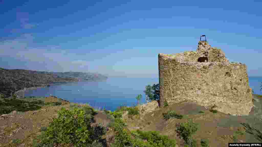 Чобан-Куле на тлі берегової лінії села Морське