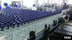 Легальная водка не может сегодня стоить меньше 220 рублей за пол-литра, уверен эксперт. Нелегальная же продается за 50–100 рублей