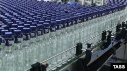 Производство водки на российском заводе, архивное фото.