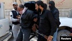 Сирияда әрекет ететін қарулы топтардың бірі тұтқынды көлікке отырғызып жатыр. 14 мамыр 2013 жыл.
