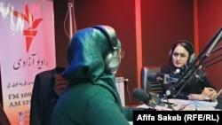 روینا شهابی حین صحبت در برنامه رهبران زن در کابل