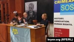Межилистин лидери, Крымдан чыгып кетүүгө аргасыз болгон Рефат Чубаров (ортодо)