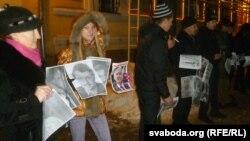 Ганна Шкадун (другая зьлева) удзельнічае ў акцыі салідарнасьці.