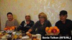 Роза Тулетаева (вторая справа) вместе с дочерью (слева) и родственниками дома после освобождения из тюрьмы. Жанаозен, 20 ноября 2014 года.