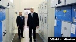 Baba Rzayev prezident İlham Əliyevə Bakıelektrikşəbəkənin yeni avadanlıqlarını nümayiş etdirir.