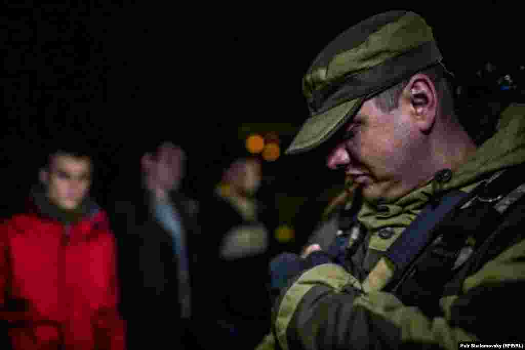 """Донецк, обмен пленными между сепаратистами """"ДНР"""" и киевскими силовиками, представители """"ДНР"""" отпустили 16 человек. 7 апреля 2015 г."""