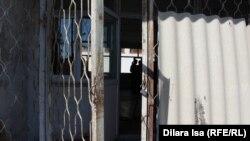 Халел Досмұхамбетов атындағы жалпы орта мектебіне кіретін сыртқы есіктің бірі. Шымкент, 27 ақпан 2017 жыл.
