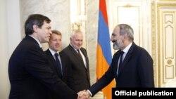 Nikol Pashinian (sağda) həmsədrlərlə görüşür, 13 iyun, 2018-ci il