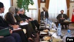 Али Лариджани (справа на заднем плане) вручает послам стран «шестерки» официальный ответ на их июньскую инициативу