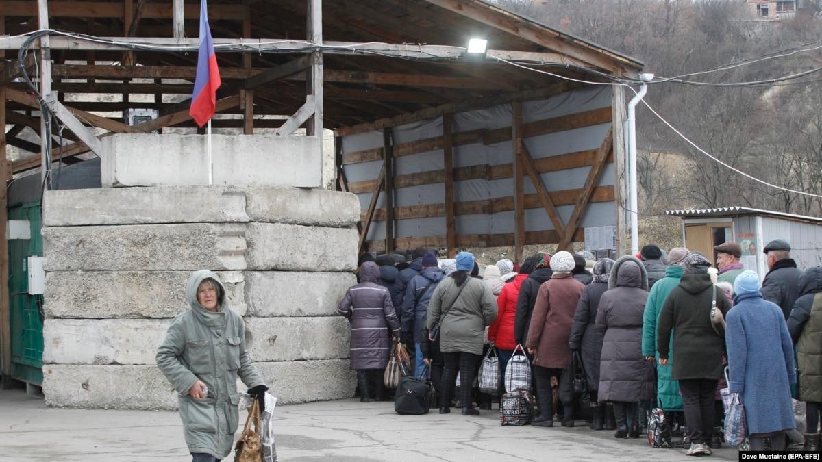 Рост цен, запугивание Украиной и пересчет медиков: Луганск перед Нормандским саммитом