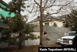 Два дома, принадлежавшие ранее Заманбеку Нуркадилову (в правом из домов он был найден мертвым семь лет назад). Алматы, 12 ноября 2012 года.