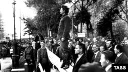Лев Троцький (с) виступає на мітингу більшовиків у Москві, 1919 рік