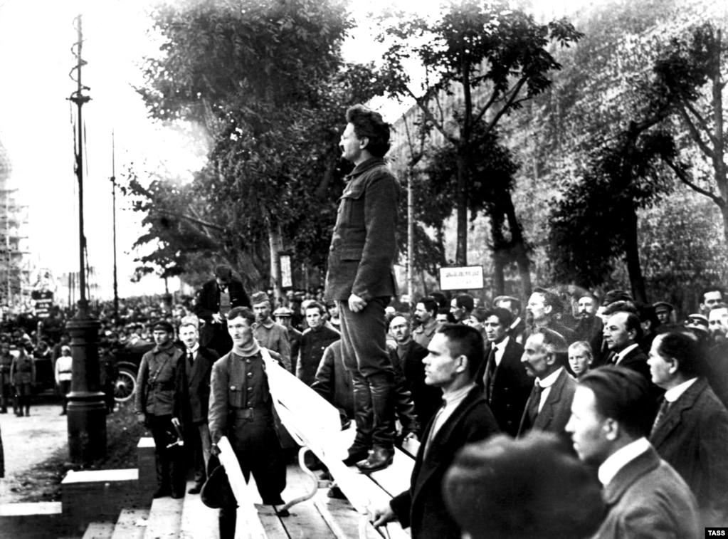 Лев Троцкий выступает на акции памяти погибших при взрыве в московской штаб-квартире ВКП(б). 26 сентября 1919 года. Во взрыве, в котором 12 человек погибли и 55 получили ранения, обвинили анархистов и сторонников левого движения.