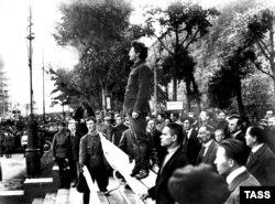 16. ლევ ტროცკი მოსკოვში, კომუნისტური პარტიის შტაბბინასთან პატივს მიაგებს აფეთქების შედეგად დაღუპულებს. ფოტო 1919 წლის 26 სექტემბერს არის გადაღებული. თავდასხმაში, რომლის დროსაც 12 ადამიანი მოკვდა და 55 დაშავდა, ანარქისტები და სხვა მემარცხენეები დაადანაშაულეს.
