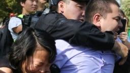 Полиция силой задерживает участников митинга оппозиции в Алматы, 21 сентября 2019 года