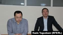 Гражданские активисты Ермек Нарымбаев (слева) и Серикжан Мамбеталин, обвиняемые в разжигании розни. Алматы, 11 января 2016 года.