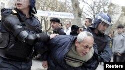 Etiraz aksiyası zamanı polis tərəfindən saxlanılan müxalifətçi