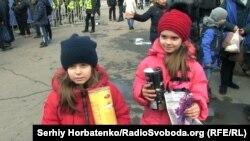 Діти на зустрічі з Юлією Тимошенко, яким організатори акції давали пакети із цукерками. Слов'янськ, 18 березня 2019 року