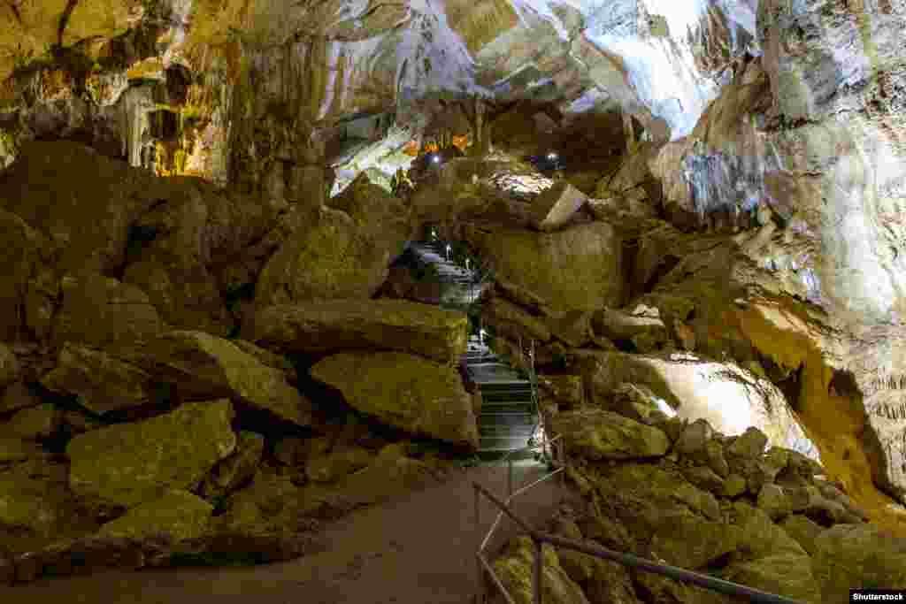 Экскурсии по Мраморной пещере обычно проводят по одному из трех маршрутов. Самый короткий (200 метров) – Галерея Сказок. Она подходит для детей, как по времени экскурсии, так и по сказочной форме натечных образований. После Галереи Сказок можно прогуляться к Жемчужным озерам (450 метров)