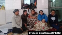 Женщины, чьи семьи могут скоро выселить из их домов в бывшем дачном массиве, продолжают свою многодневную акцию протеста у Дома правительства. Астана, 27 июля 2014 года.